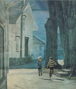 Bilde av våryre barn ved trappa til Apoteket. En del av Sjømannsforeningens hus t.v. (A-Magasinets forsidebilde i nevnte nr.)