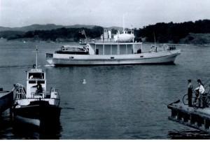"""På bildet, som er tatt i 1951, har """"LAHELA 3"""" nettopp lagt fra kai på vei til Helgeroa."""